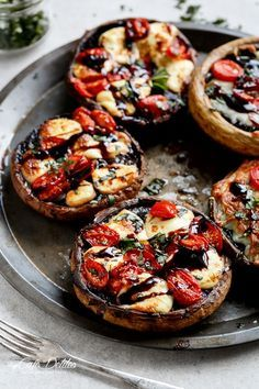 Version automnale de la tomate farcie, cette saison, on mise tout sur le champignon !Comment on fait ? On badigeonne chaque chapeau de champignon de beurre à l...