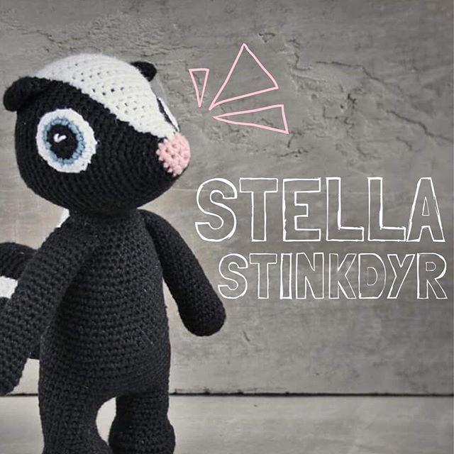 | OFFICELT | Byd Stella Stinkdyr velkommen i flokken! Stella er vild med skoven og alle dens planter og træer Hun elsker at boltre sig i de nyudsprungne anemoner i skovbunden og plukker jævnligt de smukkeste buketter af skovens blomster Opskriften koster 25 kr og kan købes via mail unkeldesign@gmail.com eller på etsyshoppen #unkeldesign #stellastinkdyr
