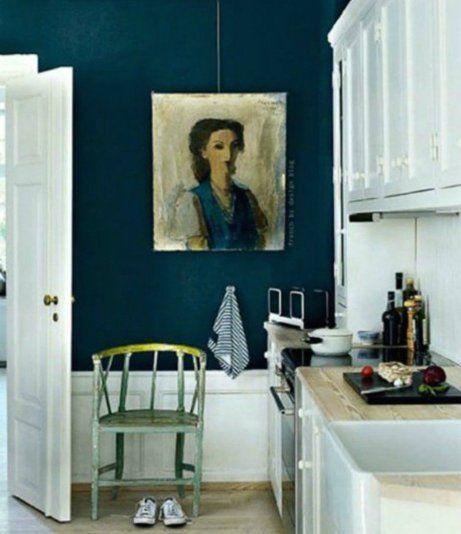 Δείτε πόσο εντυπωσιακός είναι ο συνδυασμός πετρόλ χρώματος στους τοίχους με λευκά ντουλάπια.