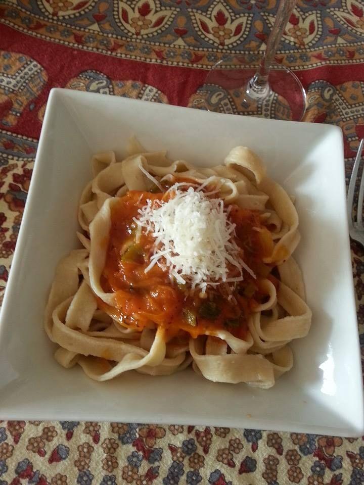 Tallarines caseros con salsa de tomates y albahaca. Para la pasta se necesita: 500g de harina  5 huevos y sal a gusto. La salsa? la que te guste mas.#pasta