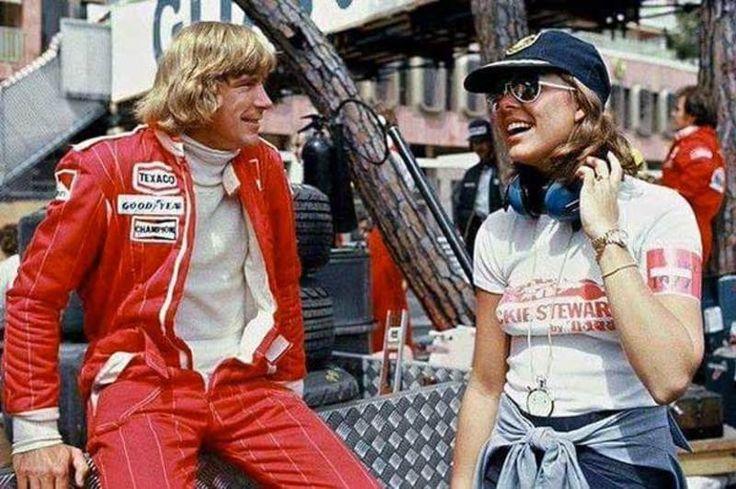 Джеймс Хант на Гран-при Монако 1977 года оживленно беседует с 20-летней Княжной Монако Каролин, на футболке которой надпись «Джеки Стюарт» (трехкратный чемпион мира ушел из чемпионата за четыре года до этого). Как и подобает представительнице княжьего рода, Каролин не зашла в моторхоум Джеймса