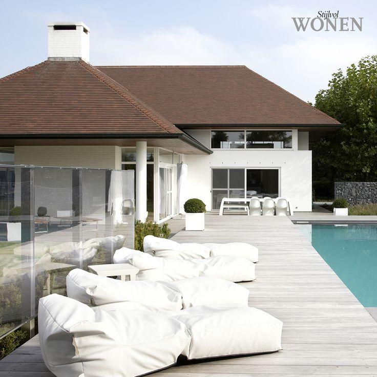 Stijlvol Wonen: het magazine voor warm-hedendaags wonen - ontwerp: Minimal Gardening - fotografie: Sarah Van Hove, Dorien Ceulemans, Jonah Samyn #outdoor #zwembad #lounge #poolhouse #hout #terras