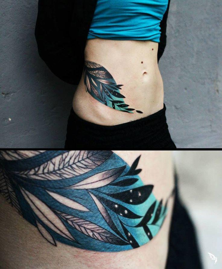 tetování motiv listy modrá na boku