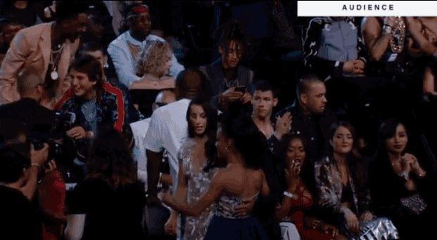 Las cinco finalistas de gimnasia olímpica tuvieron un abrazo grupal con Kim Kardashian:   17 Momentos de los VMA que no viste en la TV
