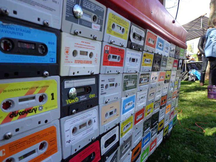 #MobieleDJ #mobiledj #DJ #bakfiets #stint met #cassettebandjes en #vinyl platen voor een echte #vintage #retro uitstraling. #tehuur voor je #feest en #evenement.