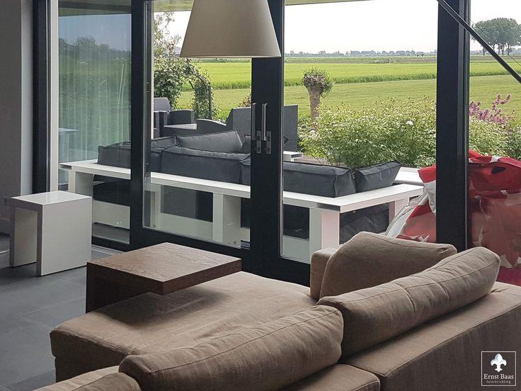 Design loungebank  van LOFDesign heeft een modern frame en is vandaar uit de woning een prachtig gezicht om vanuit de woning naar te kijken.    Loungemeubels Alblasserwaard – Streefkerk – Alblasserdam – Rotterdam Oud-Alblas - Ridderkerk  https://www.ernstbaastuininrichting.nl