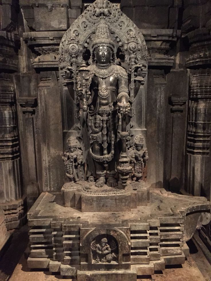 The Somanathapura has three shrines of Chennakeshava, Krishna & Janardana. This picture shows Janardana statue. Unworshippable because the right toe is broken by invading Moslems in 14th century