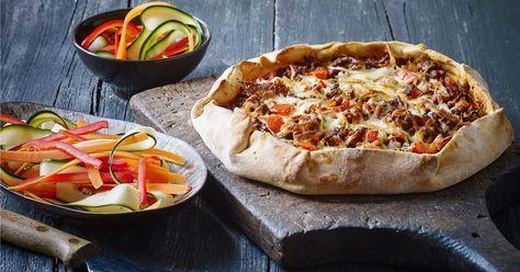 Det bedste fra to verdener....pizzaen og tærten. Den lækre smeltede ost, oksekødet og tomaterne fra pizzaen kombineret med det saftige æggefyld fra tærten. Uhm!