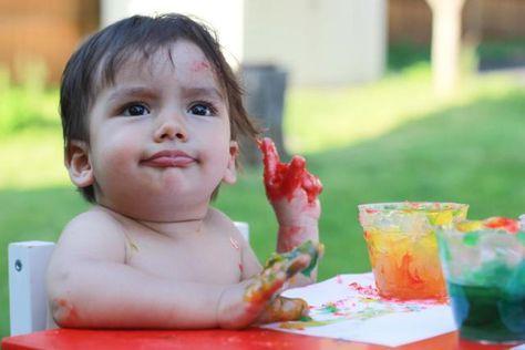Receta de pintura de dedos con consistencia de gelatina. Ingredientes: Maizena, sal, azúcar y agua. Actividad sensorial divertida especial para bebés y niños pequeños.