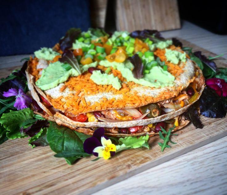Sense kur madplan, Lørdag: Mexicaner Lagkage m. SalatDen her opskrift er inspireret af et opslag på Instagram fra Tasty , og jeg tænkte den må prøves også er det jo enfantastisk måde at bruge sine kylling rester på... og uden tvivl et hit hos børnene...Jeg sidder faktisk og venter