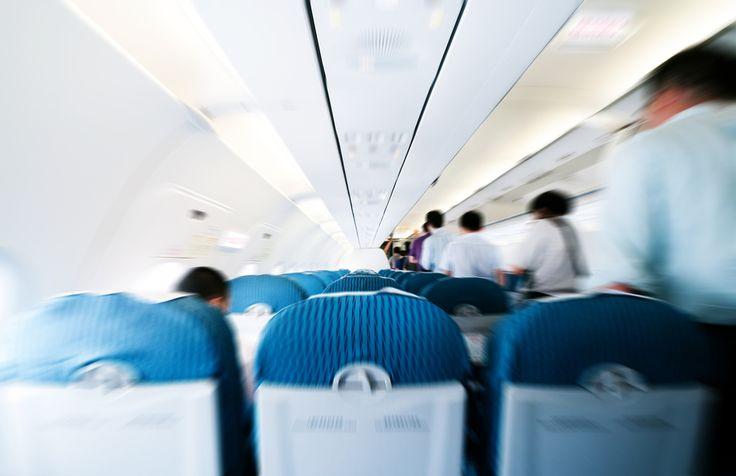 Um das Betragen an Bord zu verbessern und Turbulenzen in der Maschine zu reduzieren, haben wir die wichtigsten Flugzeug-Knigge-Regeln zusammengestellt...  http://karrierebibel.de/flugzeug-knigge/