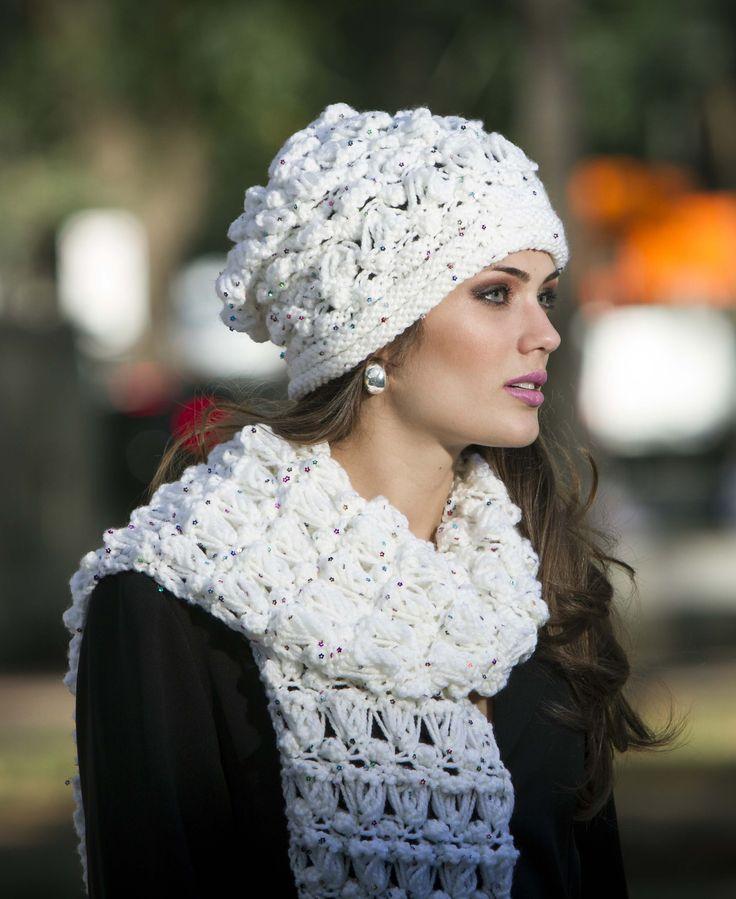 Cachecol e gorro branco, feito com Cisne Laila. Receita no site…