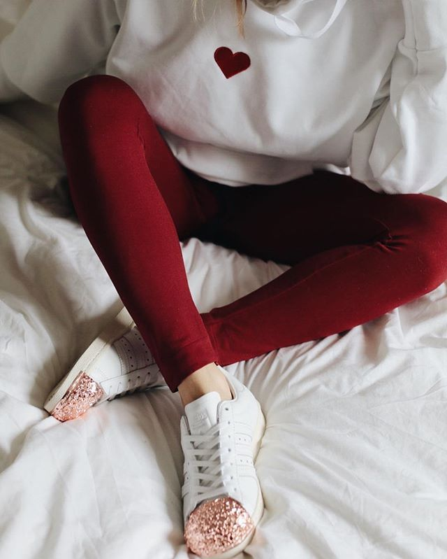 Comfy #ootd to go to Paris red leggings , oversized sweater with heart and adidas sneakers