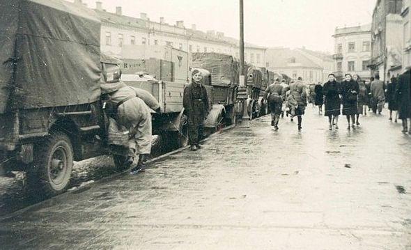 Krakowskie Przedmieście, kwiecień 1942 r, niemiecka kolumna transportowa w przerwie marszowej