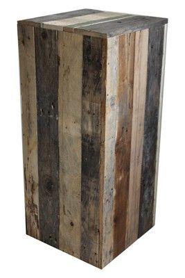 Een sokkel van gerecycled hout. Geen enkele sokkel is hetzelfde. Uniek, robuust, stoer, sterk én maatschappelijk verantwoord omdat het gemaakt is in een sociale werkplaats.