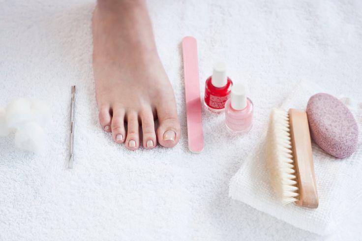 Perfekt lackierte Fußnägel sind besonders im Sommer ein toller Blickfang. Wir sagen Ihnen, wie Sie Ihre Fußnägel lackieren können – in fünf Schritten.