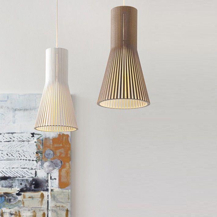 Le modèle 4201, le plus petit des modèles Secto, est dessiné par Seppo Koho, le designer à l'origine de la marque Secto design. Réalisée à la main, cette suspension propose un style épuré dans la plus pure tradition du design scandinave. Sa structure ajourée filtre la lumière de manière particulièrement douce et graphique. <BR>  Cette lampe scandinave au design simple est composée de lamelles de bois et contreplaqué de bouleau certifié PEFC, un matériau écologique. Elles sont reliées à une…