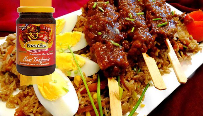 Surinaams eten – Nasi Goreng Trafasie (nasi speciaal met saté, gebakken banaan en hardgekookte ei)