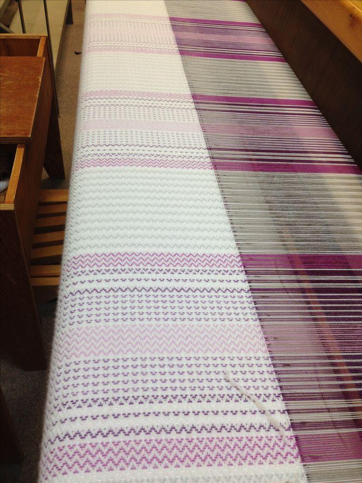Couverture tissée en laine acrylique de 78 pouces X 105 pouces montée en orlec 2/8.