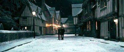 Harry Potter World: VALLE DE GODRIC. El nombre del pueblo es en honor de uno de los famosos fundadores de Hogwarts, Godric Gryffindor, quién vivió allí. Fue una de las pequeñas comunidades semimágicas con varios residentes famosos.