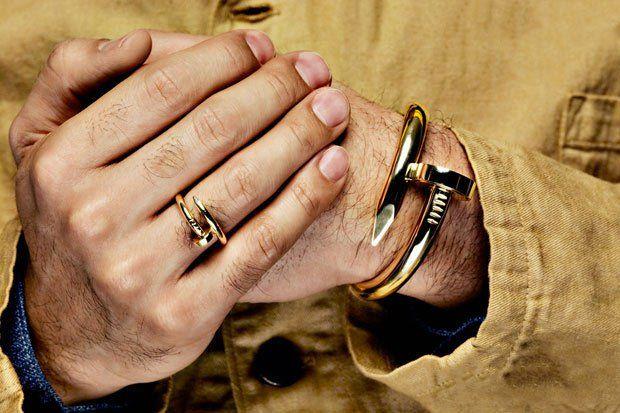 Anel e pulseira de prego dourado.: