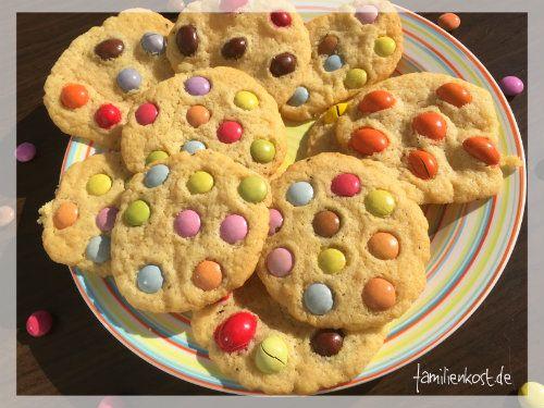 Cookies mit Smarties oder M&M's sind knusprig-weich, mit unserem Rezept schnell gebacken und kinderleicht. Die bunten Kekse sind toll für Kinder & Kindergeburtstag: https://www.familienkost.de/rezept_cookies_mit_smarties.html