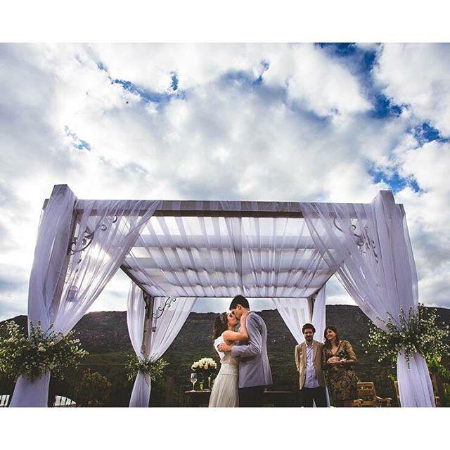 O casamento da Clarice e do André aconteceu num dos locais mais lindos que temos por aqui: em Tiradentes, em frente as montanhas, e em clima rústico! O dia estava lindo, ensolarado e cheio de nuvens! Já repararam como as fotos ficam ainda mais lindas quando tem nuvens no céu? ❤ - Just for this picture you can imagine how gorgeous was the whole wedding, can't you? More on the blog. {: @viniciusterror_weddings} #casamentonocampo #weddingday #onamorocomeçanocasamento #berriesandlove #noblogBL