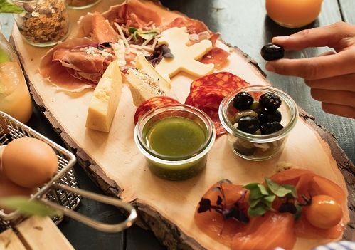 Im AMPELMANN Restaurant in Berlin Mitte am Hackeschen Markt kann man wunderbar frühstücken. Ampelmännchen-Käse inklusive.