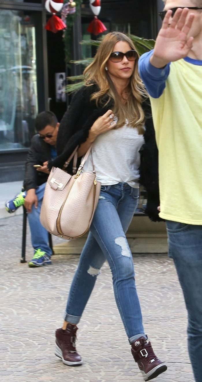 She looked as great as always in a pair of skinny distressed jeans, which she wore with a pair of Nike wedge sneakers in burgundy, a white t-shirt tucked