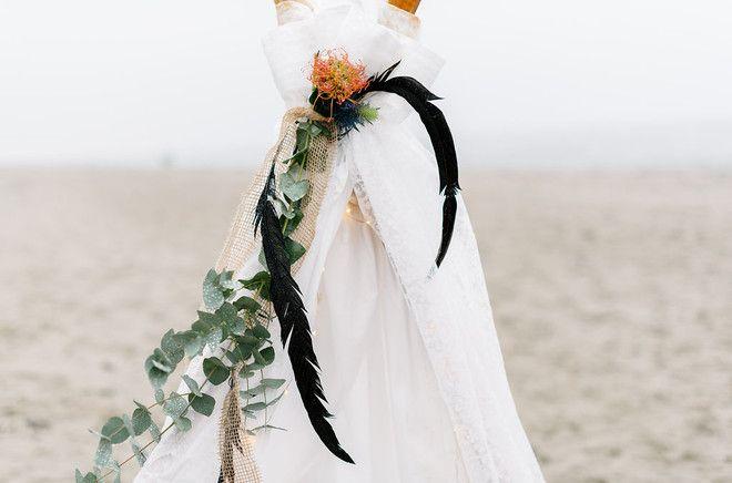 Inspiration für eine Boho Hochzeit am Strand mit Tipi und Federn (www.noni-mode.de - Foto: Sandra Hützen)