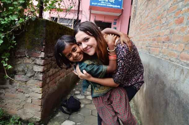 Jugendliche helfen Kindern in Nepal. http://www.travelbusiness.at/news/warum-grenzen-eu-regierungen-bei-visa-vergabe-junge-freiwillige-aus/0024577/