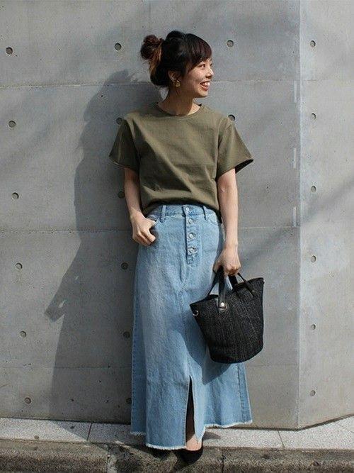 スリット入りのロングデニムスカートは春はニットで、夏はTシャツで合わせたい。