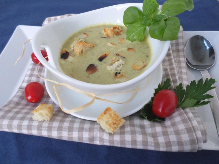 Almond broccoli soup refined with wine   Mandel-Brokkili-Suppe, verfeinert mit Wein