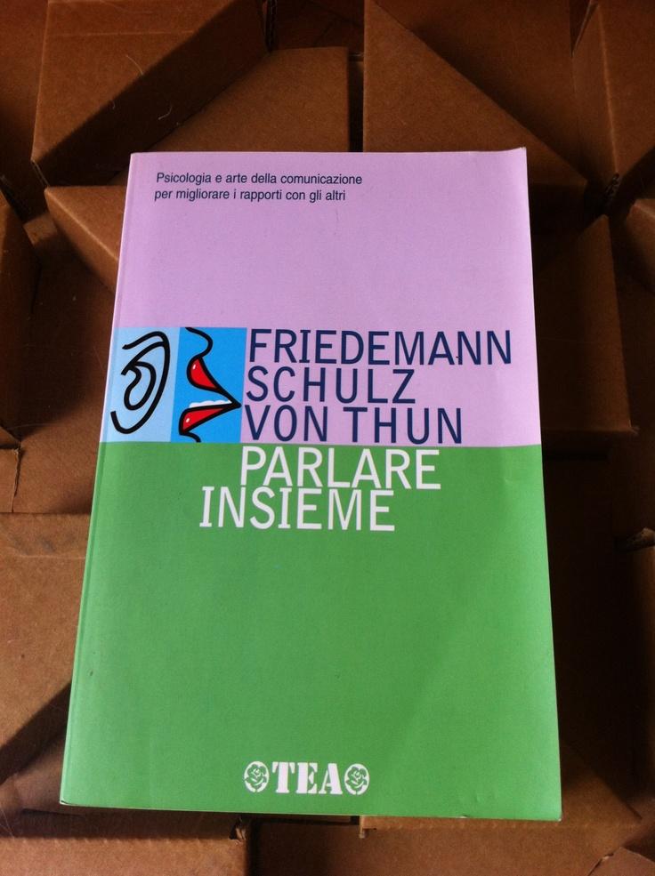 """Parlare insieme. Friedemann Schulz von Thun. TEA -- Un libro che potrebbe chiamarsi """"anatomia di un messaggio"""" e che esplora i quattro livelli che ogni comunicazione mette in luce: il contenuto, la rivelazione di sè, un giudizio sulla relazione, un appello all'azione."""
