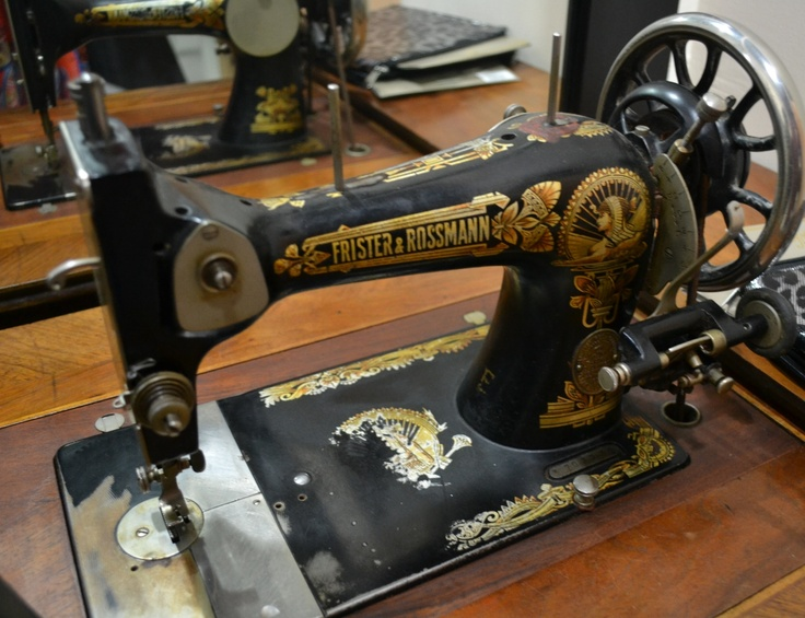 Oldschool sewing machine - collector's piece!