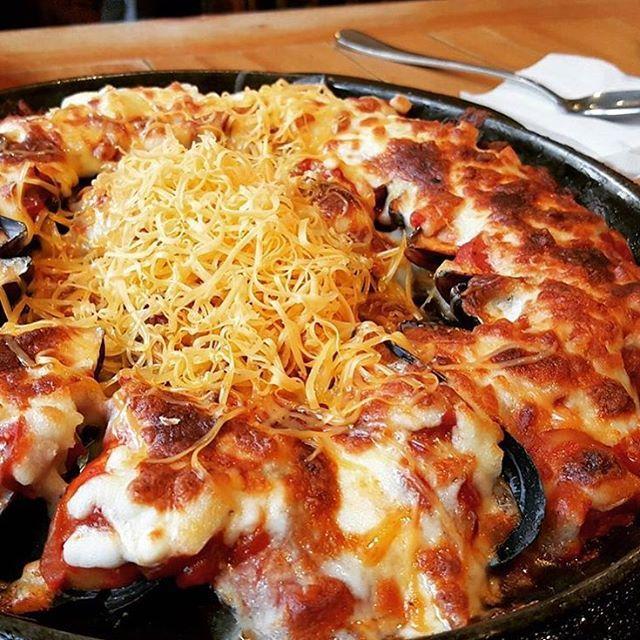 간만에 등장한 비주얼 깡패 치즈. 하지만 뻔한 요리는 아니다. 이 피자는 치즈 아래에 홍합이, 그리고 토마토 소스가 감춰져 있다. 신촌의 벨기에 홍합요리 전문점 머슬&머글은 이처럼 이색적인 요리를 맛깔나게 선보여 인기를 끌고 있는 곳이다. 아담한 외관에 아늑한 분위기, 위생장갑까지 챙겨주는 청결함, 소개팅과 데이트도 문제 없을 테다.  연세대 앞, 서울 서대문구 창천동 52-125 위치. 인기메뉴 토치크림소스 파스타 1만2천5백 원, 물 알라 피자 1만4천5백 원. 에피타이저부터 식사류까지 모두 1만 원대.  #머슬앤머글 #홍합피자 #치즈피자 #홍합치즈피자 #토치토마토스파게티 #물알라피자 #신촌 #신촌맛집 #연대맛집 #먹스타그램 #맛스타그램 #맛집 #먹방 #letcipe #렛시피