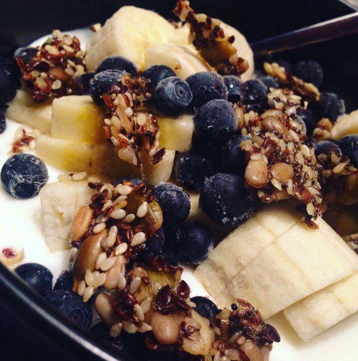 Siemennäkkäriä aamupalan päällä. #aamiainen #aamupala #proteiini #siemennäkkäri #kreikkalainen #jogurtti #banaani #mustikka | © Satuhetki