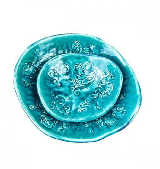 Komplet ceramicznych misek - wnętrza turkusowe z roślinnym wzorem, z zewnątrz granatowo/srebrno/zielone plamki. Wymiar większej 25 x 23 cm, wysokość max 8 cm. Mniejsza 17 x 15 cm, wysokość max 5,5 cm.