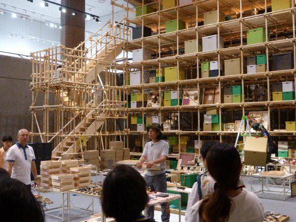 キュッパのびじゅつかん @kubbe_tobi  2015年8月27日 【作家紹介⑤日比野克彦】 1958年岐阜県生まれ。1980 年代、時代を映す作風で注目され、近年では地域の人々と制作を行いながら、受け手の力に焦点を当てたプロジェクトを展開している。現在、東京藝術大学美術学部教授。 #キュッパ展