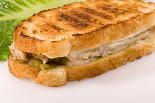 Abbiamo visto quest'estate che ci sono davvero molti modi per interpretare il concetto di panino o di tramezzino, e questo panino riviera di certo non smen