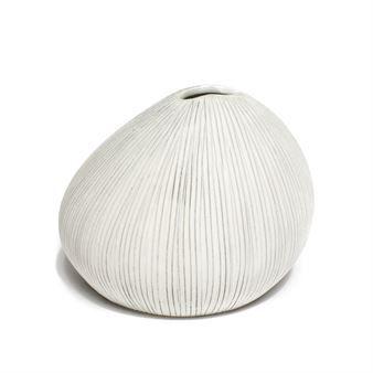 Asti vas från svenska Lindform är en söt vas som passar perfekt för den lilla blomman men kan också användas som ett stilleben. Den är tillverkad i porslinslera och är handgjord av skickliga hantverkare. Eftersom den är handgjord är varje vas unik och har ett mer levande uttryck. Asti är designad av Marita Lindholm och är inspirerad av former i den nordiska naturen och japansk keramik. Välj mellan olika varianter!