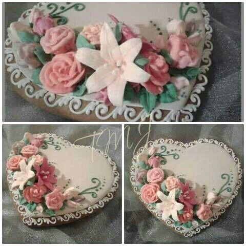 Pasztel rózsákkal és liliomokkal díszített mézeskalács./ Gingerbread cookie decorated with pastel rises and lilies.