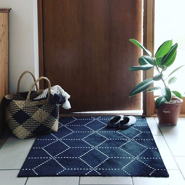 My latest hallway update - the hagl black doormat from Norewegian @heymat.no. It's inspired by the winter weather - and in a season when we'll all be bringing in snow on our boots it's a fab super-size too! (Oh and it's machine washable!). Link above to their homepage ☝. ...  me. styling @sarah_brookswilson . #doormat #entrywaydecor #entryway #hall *ad | SnapWidget
