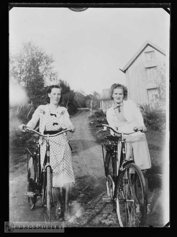 To kvinner med sykkel...Two women with their bikes.