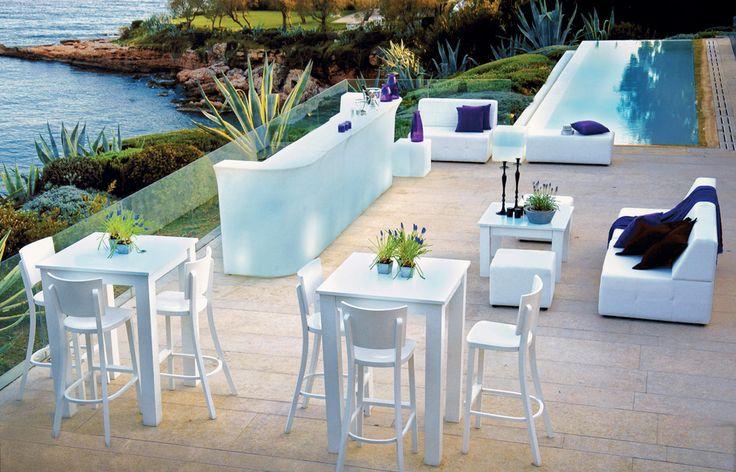 Tore Event Furnishing - Island Blues µε Ψηλά, Ξύλινα Τραπέζια σε Λευκή Λάκα, αντίστοιχες Καρέκλες Bar & Δερµάτινους Καναπέδες, συνδυασµένα µε Φωτιζόµ