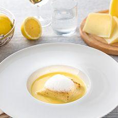 Prendete una padella bassa e ungetela con il burro, versate l'impasto della crespella e versatelo nella padella, fate ruotare la padella per far aderire il composto e poi staccatelo con un coltello e girate l'impasto al contrario nella padella. Realizzata la crespella, inserite il composto realizzato con la quinoa al centro della crepes, aggiungete buccia