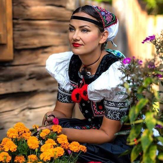 #folklore #folklor #traditional #traditions #culture #slovakia #slovak #slovakwoman #garb  #loveslovakia #iloveslovakia #thisisslovakia #insta_svk #insta_europe #milujemfolklor #portraiture #folk #fsrozsutec #mother #childhood #love #motherslove #family #slovensko #beautiful #woman #slovenkysunajkrajsie
