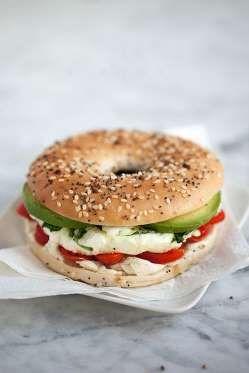 INGREDIENTES- 1 bagel- 1 huevo- 12 hojas de espinaca- 2 rodajas de tomate- 2 rodajas de aguacate- Qu... - foodiecrush.com