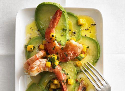Découvrez cette délicieuse entrée de carpaccio d'avocat. Pour réaliser cette recette d'entrée, il vous faudra : des avocats, des gambas, une mangue, des citrons verts et de l'huile d'olive.
