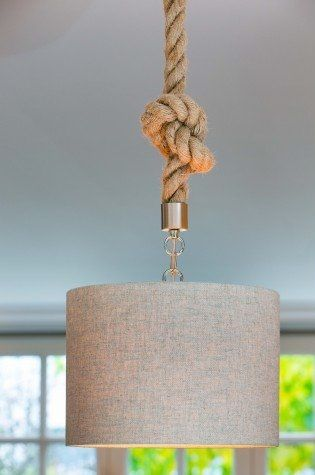 Wunderschöne Hängeleuchte mit naturfarbenem Textilschirm, originell die Aufhängung in Form eines Taus (Jute), Deckenkuppel rund und silberfarben.